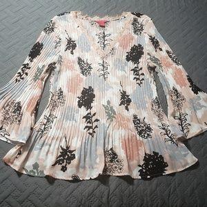 WOMEN'S dressy/casual top.